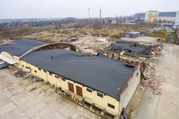 Trwa rozbiórka budynków z terenu dawnego obozu. Ma być Castorama i McDonald's