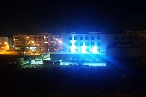 Czytelnik skarży się na oślepiające światła na hotelu. Dyrektor obiektu wyjaśnia