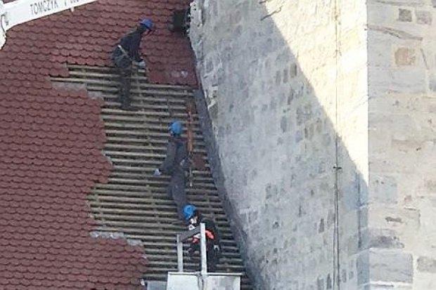 Pracownicy na dachu bez zabezpieczenia? Właściciel firmy odpowiada