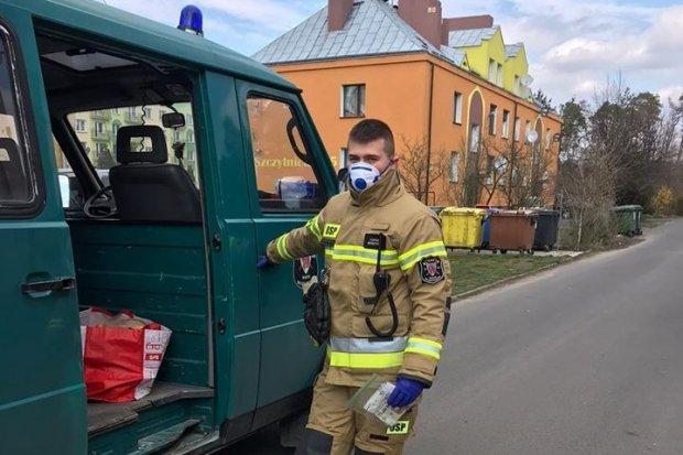 Strażacy z Warty cały czas pomagają seniorom