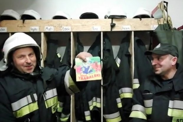 Nowogrodzieccy strażacy w remizie... czytają bajki dla dzieci
