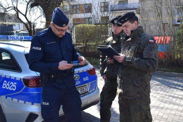 Żołnierze i policjanci wspólnie kontrolują osoby na kwarantannie