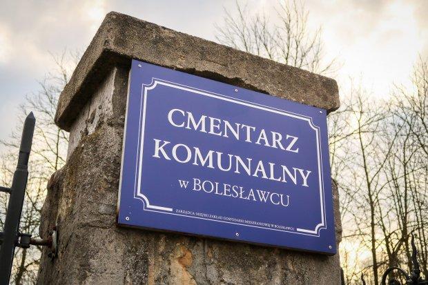 Jest zakaz wstępu na cmentarz komunalny
