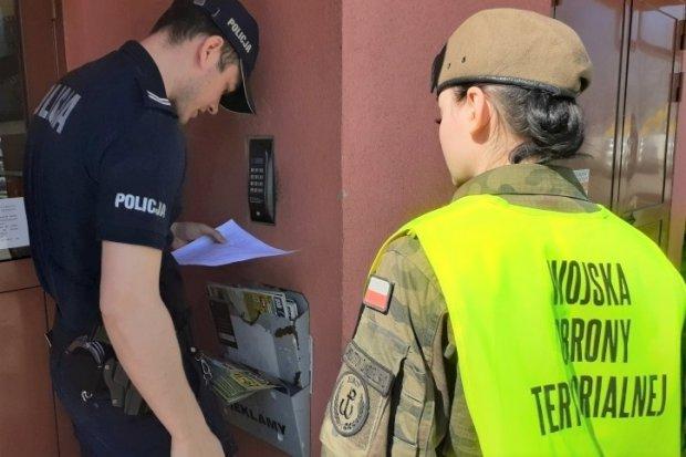 Policjanci i terytorialsi sprawdzają, czy ludzie nie łamią kwarantanny