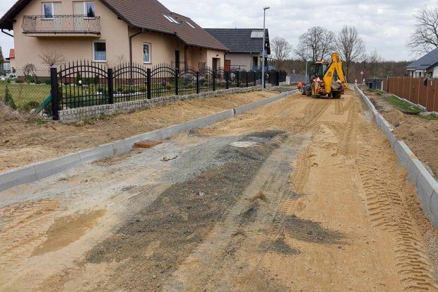 Trwają prace przy budowie dróg przy ulicach Bazaltowej, Kamiennej i Zabobrze