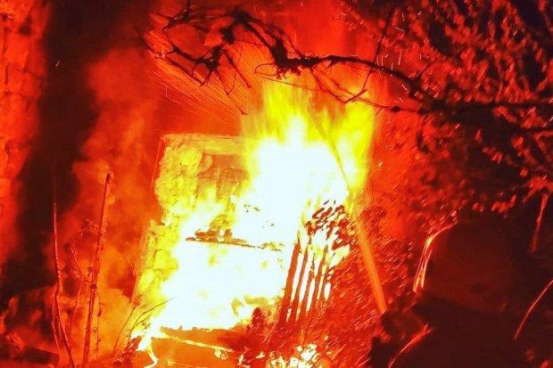 Duży pożar w Ocicach, zagrożone maszyny rolnicze