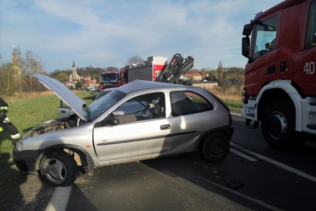 Dwa auta zderzyły się koło Tomaszowa. Kierowca był chwilę nieprzytomny