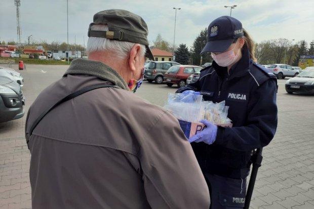 Policjantki rozdawały maseczki seniorom i bezdomnym
