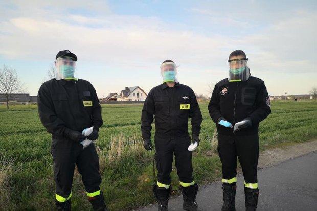 Strażacy z Warty włączyli się w akcję rozwożenia maseczek