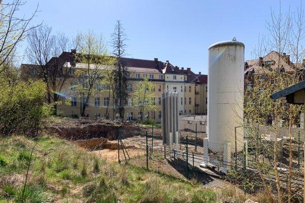 Szpital w Bolesławcu przygotowuje się na wzrost liczby chorych. 16-t zbiornik na tlen