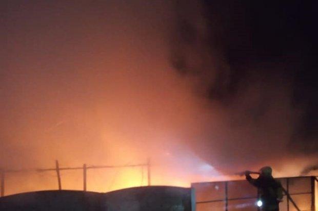 Nocna akcja straży przy Lipowej: pożar wiaty i auta. Podpalenie?