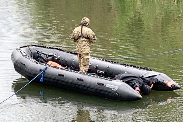 Trzeci dzień poszukiwań. Policyjni kontrterroryści przeczesują koryto rzeki