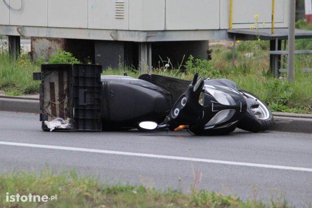 Zderzenie BMW z motorowerem. Motorowerzysta trafił do szpitala