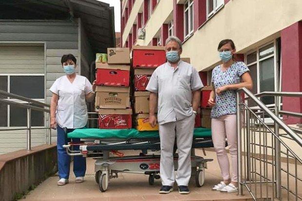 Strażacy z Sędzimirowa dostarczyli bolesławieckiemu szpitalowi przekąski i przyłbice