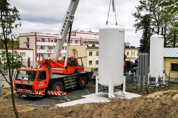 16-tonowy zbiornik na tlen już w szpitalu w Bolesławcu