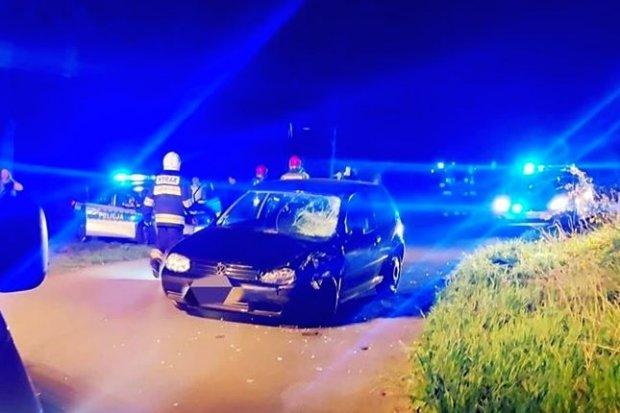 Poważny wypadek w Kierżnie, golf wjechał w motocykl, ranni syn z ojcem. Wezwano helikopter