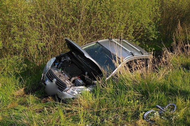 Auto wypadło z drogi między Wierzbową a Gromadką. Jedna osoba została ranna
