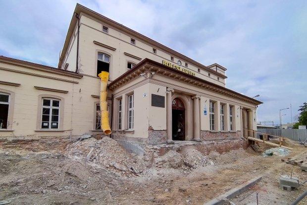 Trwa remont budynku dworca PKP. Wreszcie dwa perony dostępne