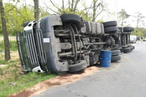 Gromadka: ciężarówka wypadła z drogi. Utrudnienia do wieczora!