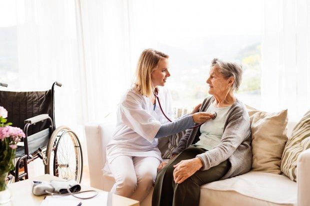 Hospicjum domowe w praktyce. Na jaką pomoc można liczyć w ramach NFZ?