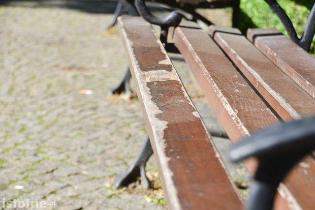 Zaniedbane ławki przy placu Zamkowym w Bolesławcu