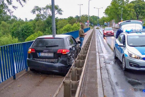 Kierowca Audi wjechał między barierki na moście na Zgorzeleckiej