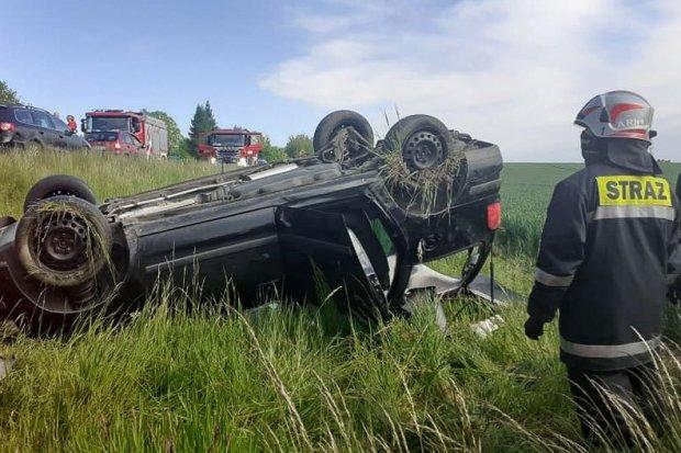 Auto dachowało, dwie osoby poszkodowane