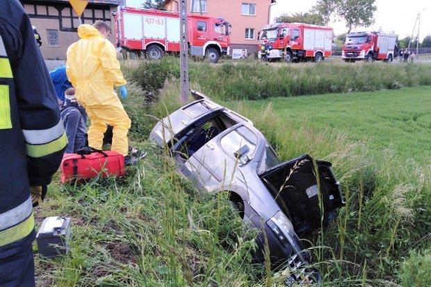 Fiat wypadł z drogi w Raciborowicach, 21-latek z urazem głowy