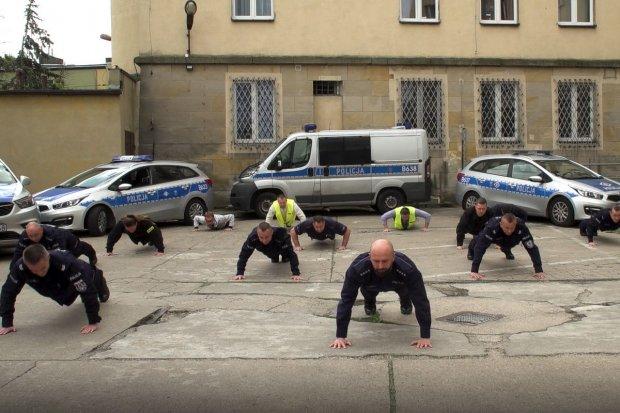 Policjanci odpowiadają strażakom i… pompują w ramach #gaszynchallenge