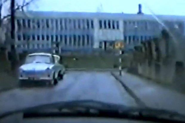 Wycieczka po Bolesławcu 26 lat temu. Zobaczcie, jakimi autami jeździliśmy. Nie było korków