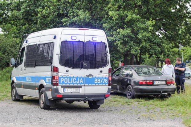 Uciekał przed policją, porzucił auto z kobietą i dzieckiem w środku