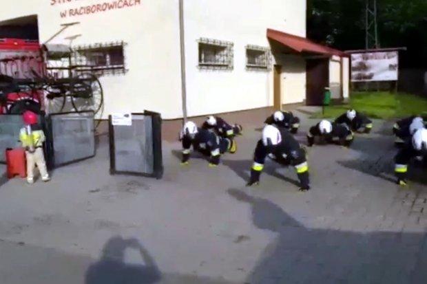 Strażacy z Raciborowic pompowali dla… Zosi Bojanowskiej