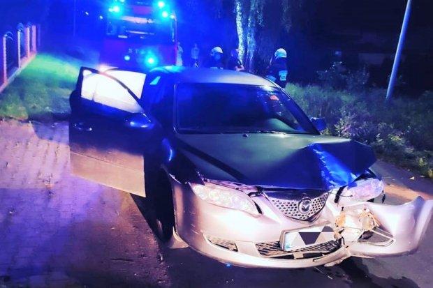 Nowogrodziec: auto z 2 pijanymi osobami wjechało w drzewo. Starsza kobieta w szpitalu