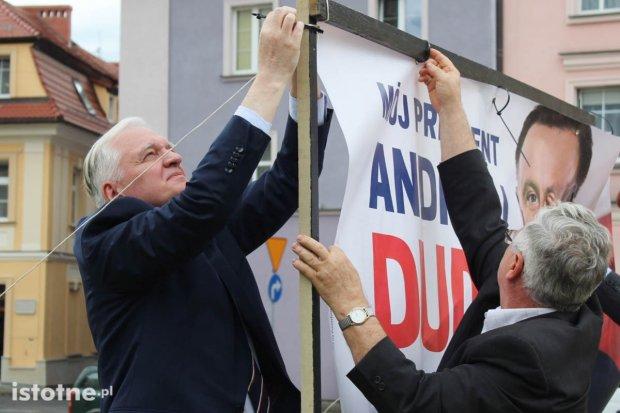 Jarosław Gowin zawiesił plakat Andrzeja Dudy na skwerze w Rynku