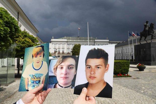 Zdjęcia osób, które popełniły samobójstwo, zamiast zastawy u Andrzeja Dudy