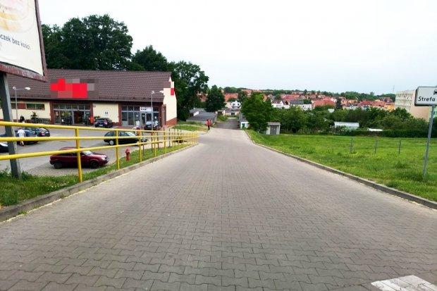Będzie chodnik przy zjeździe do Dino na Starzyńskiego?