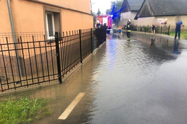 Ulewa w Raciborowicach, interweniowali strażacy