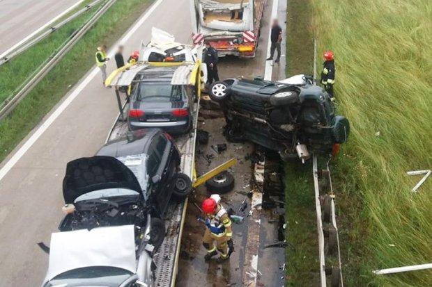 Wypadek na A4, bus-laweta zderzyła się z ciężarówką. Bolesławiec zakorkowany