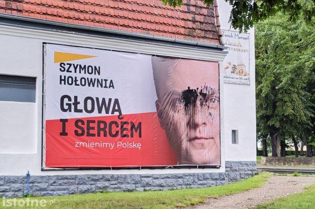 Zniszczyli baner wyborczy Hołowni. Grozi im do 5 tys. zł grzywny