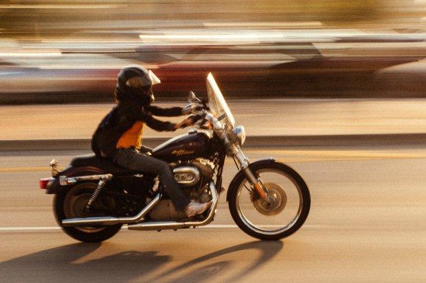 Pirat na motocyklu przekroczył dozwoloną prędkość o prawie 85 km/h, stracił prawo jazdy