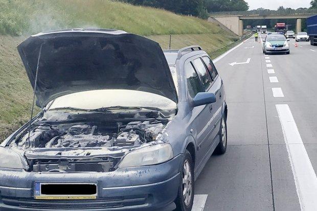 Pożar opla na A4. Pogranicznicy ugasili ogień i poczęstowali kierowcę wodą