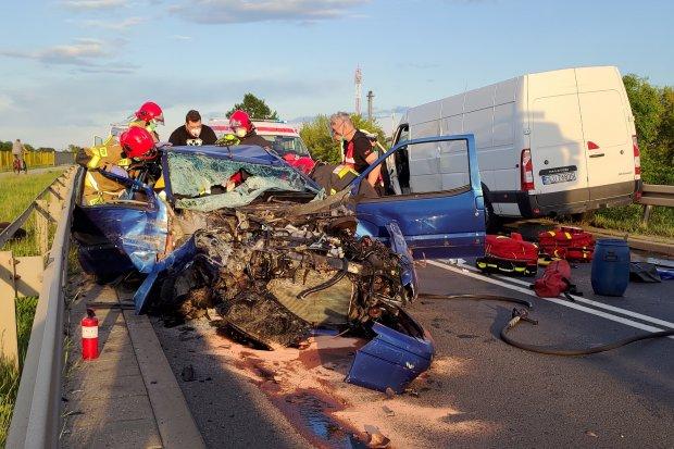 Wypadek na Cieszkowskiego, zderzyły się bus i osobówka. Dwie osoby ranne