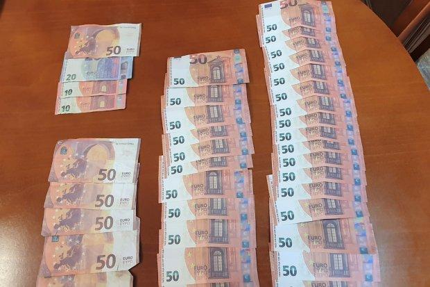 Nastolatek wpadł z dużą ilością... fałszywych euro. Grozi mu do 10 lat więzienia