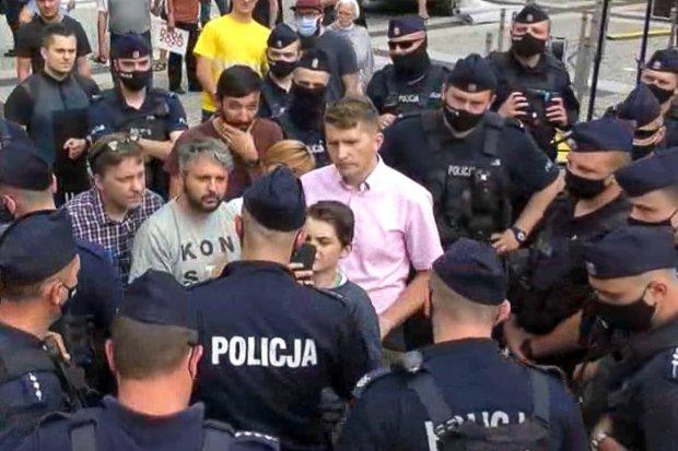 Kilkunastu policjantów legitymowało pięć osób i dziecko. Po wiecu Andrzeja Dudy