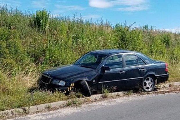 Uszkodzony Mercedes na trasie Raciborowice – Jurków