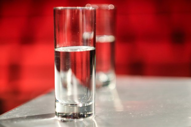 Poprosiły 79-latkę o szklankę wody, a potem... ukradły jej 1,5 tys. zł