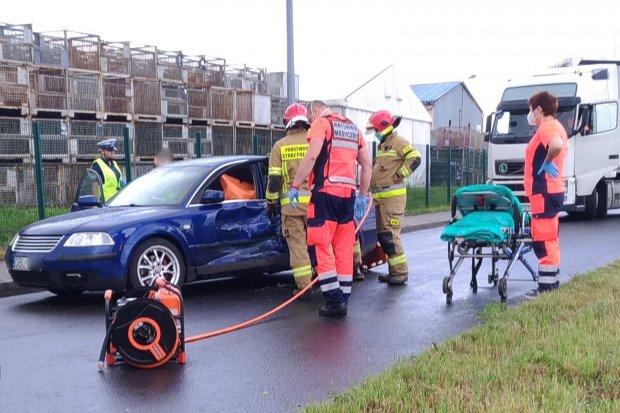 Zderzenie ciężarówki z osobówką na Kościuszki w Bolesławcu. Jedna osoba ranna