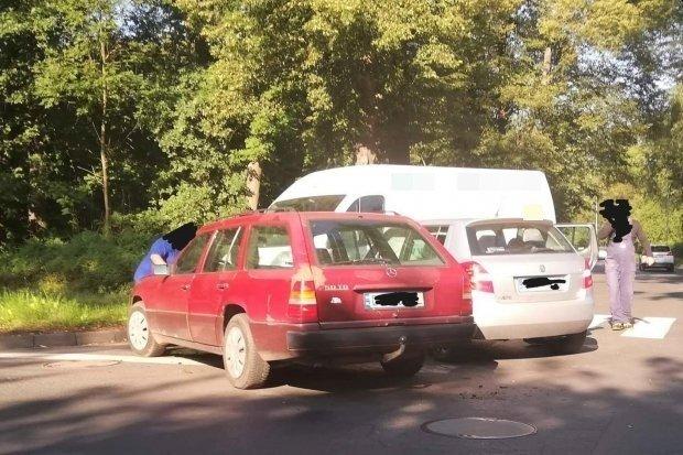 Kolizja trzech aut na Jeleniogórskiej. Sprawca ukarany mandatem