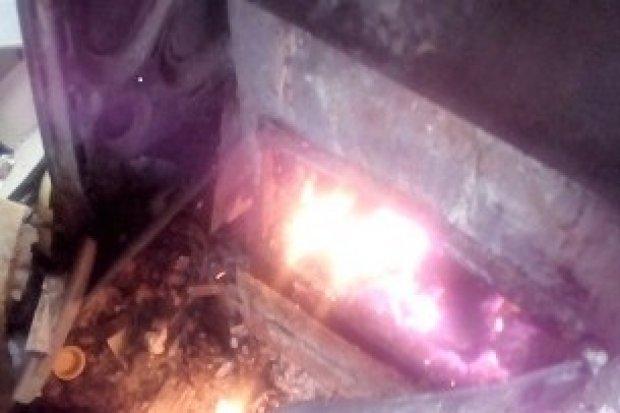 Trujący dym przy Bobrowej: spalał plastik i kolorowe kartony. Sprawca z mandatem