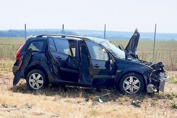 Samochód wypadł z autostrady – 3 osoby poszkodowane, w tym dziecko
